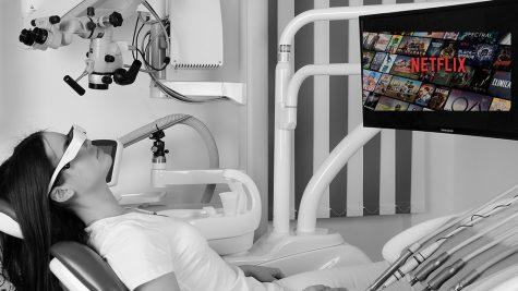 Patientin bei Anschauen von Filmen in der Zahnarztpraxis von Dr. Al Samarrae