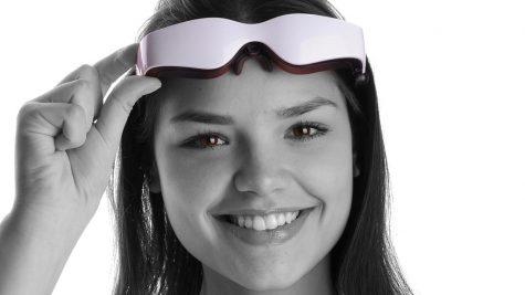 Patientin mit der 3D-Videobrille